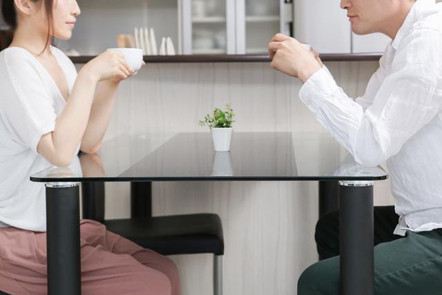 相談する夫婦